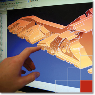 Coremans hand wijst ontwerp aan op beeldscherm
